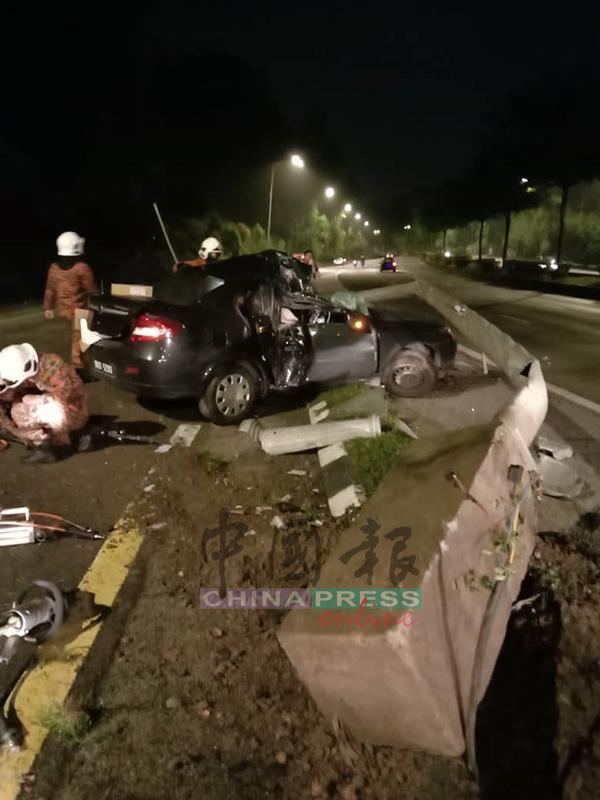 死者轎車猛撞燈柱,車身已毀壞不堪。