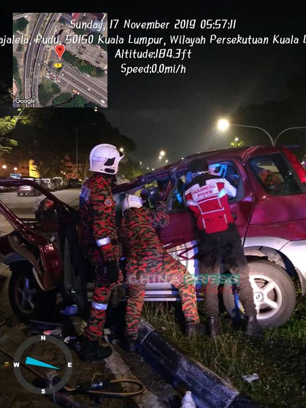 載有一對華裔男女的轎車失控撞上分界堤。