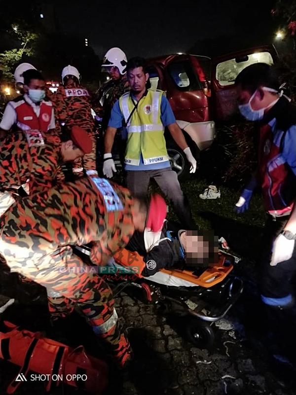 被夾困在車內的一男一女待消拯員將他們救出。