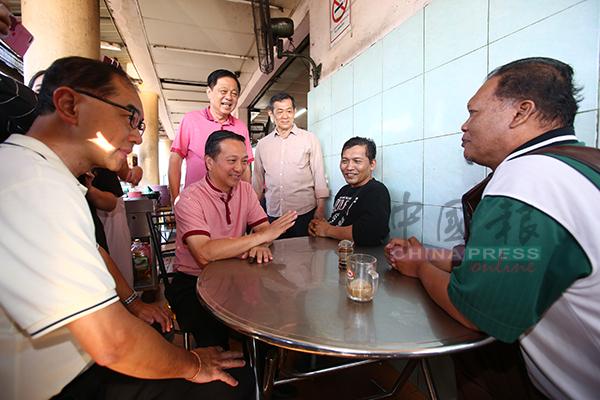 马汉顺(左起)、黄日升、陈勇鸣、林培兴在咖啡店与选民交流。