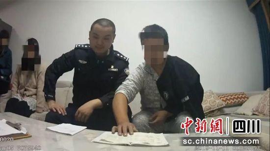 在警察安抚下,该男子放弃轻生念头。