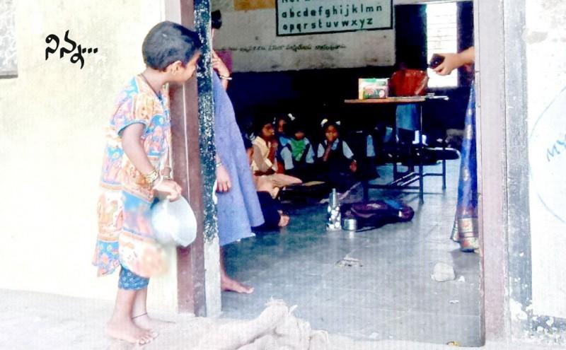 """印度5岁小女童站在教室外""""拿空碗等剩饭""""的背影照在网络上疯传。(Venkat Reddy R脸书)"""
