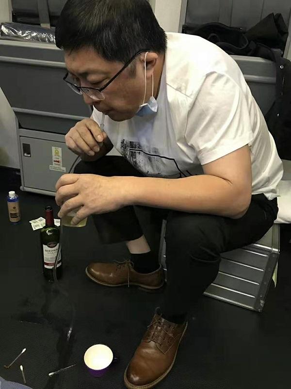 广州飞往纽约的南航CZ399航班上,医生张红用导管吸出老人膀胱中的尿液。
