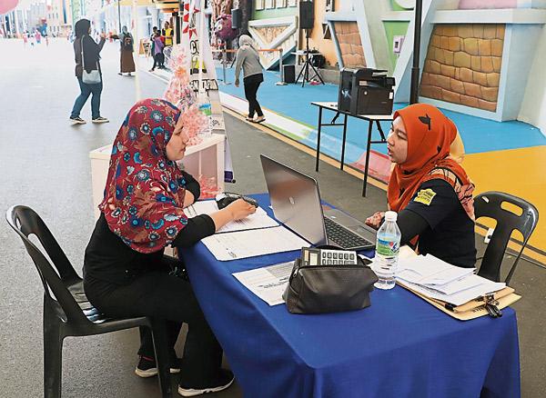 国家高等教育基金局霹州分局在活动现场设下询问柜台,为市民供咨询服务。