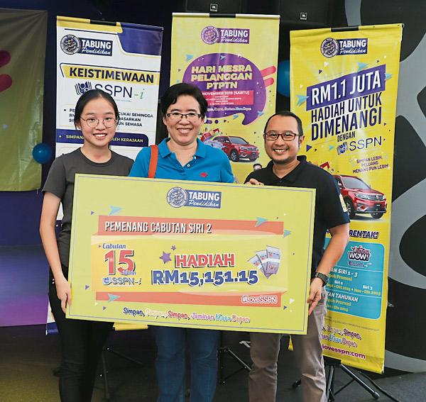 安迪努拉里(右起)移交模拟支票给谢嘉惠及陈瑜芊。