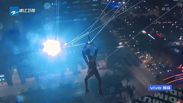 《追我吧》节目会让人从一处高楼钓钢丝滑行到另一处大楼。