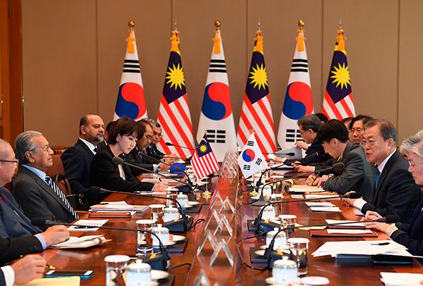 马哈迪(左2)率领的马方代表团与文在寅(右2)领导的代表团展开会谈。
