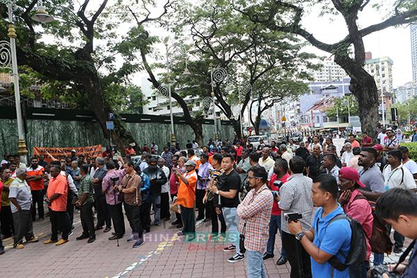 现场有逾百名支持者出席,气氛平静。