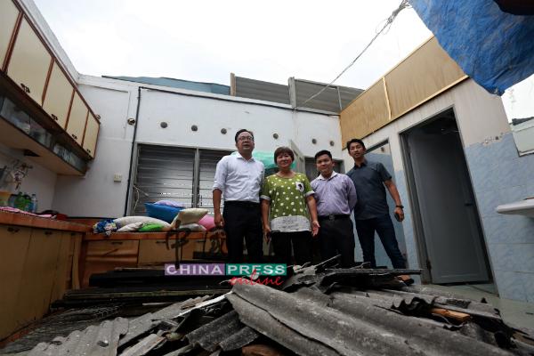 廖月珠(左2)形容屋顶遭龙卷风卷走了,晚上可以直接赏月观星,右起是尹兆东、叶贤伟和吴勇汉。