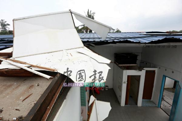 """这是尚未被吹走的""""残渣"""",但瓦板已被吹至扭曲,可见风力超强。"""