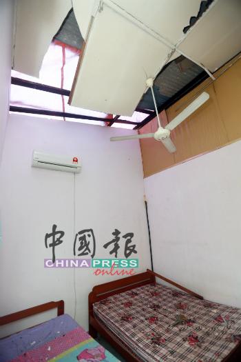 房间的屋顶也遭硬物击破,无法住人。