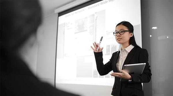 泰莱大学灵活教学,课堂上不一定只有讲师讲课学生听课;学生也能站出来发表自己的完成的项目。
