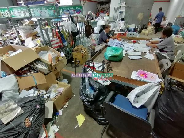 慈济志工在进行环保及分类工作。