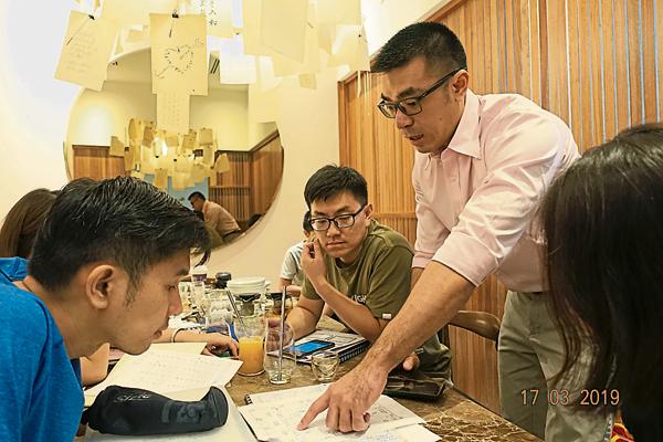 Royce老师在课后读书会,帮学生复习。