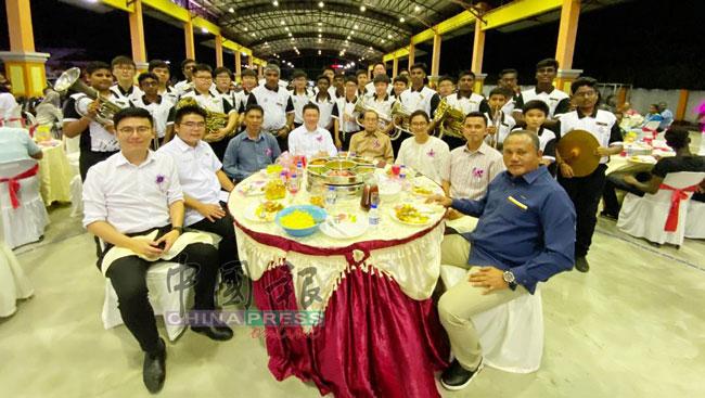 安顺国州议员社区中心举办屠妖节茶会,倪可敏(右5)与众嘉宾。