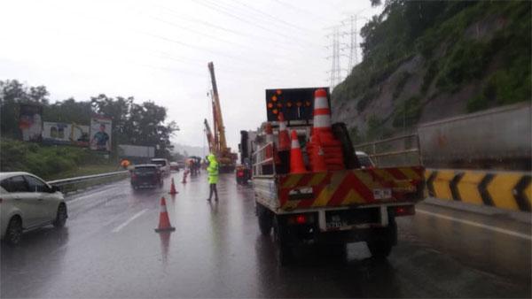 当局展开清理及修复工作,造成大道严重堵塞,车龙长达15公里。