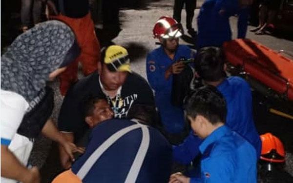 有居民逃生时疑吸入浓烟而呼吸困难,随后被送院抢救。