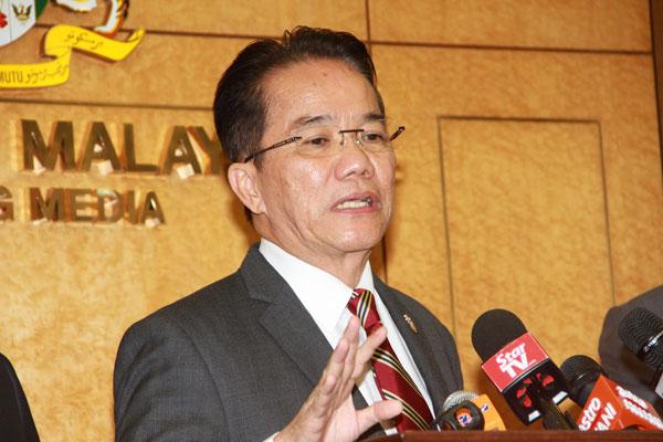 刘伟强针对政府撤回IPCMC法案,在国会走廊召开记者会,向媒体解释来龙去脉。