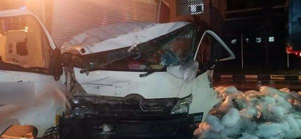 撞击后,罗厘车头毁不成形。(取自Penangkini)