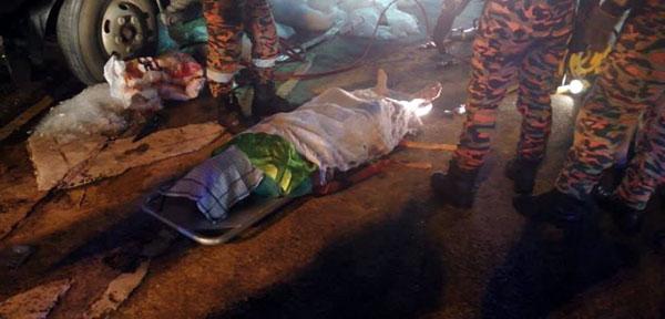 消拯员将死者遗体移出罗厘外。(取自Penangkini)