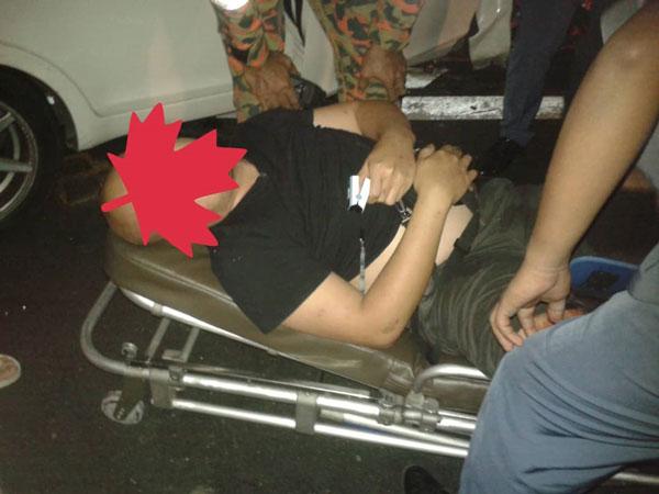 华裔男司机被救援人员救出,紧急送往医院治疗。