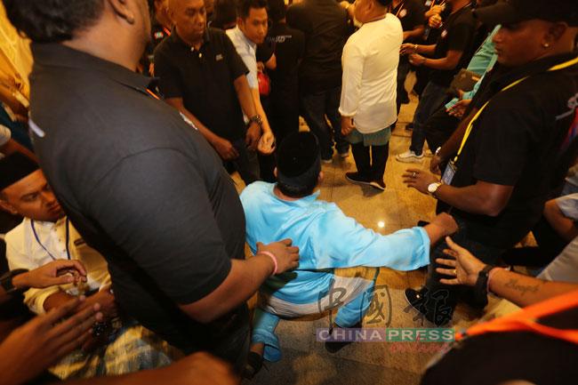 一名代表被推撞到趴地。
