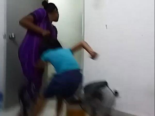 有关继母不理会现场还有年幼孩童在场,用力扯着女童头发将她拉出房间。