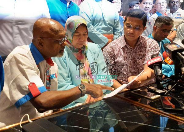 阿兹敏(右起)与公正党副主席祖莱达等讨论文告内容。