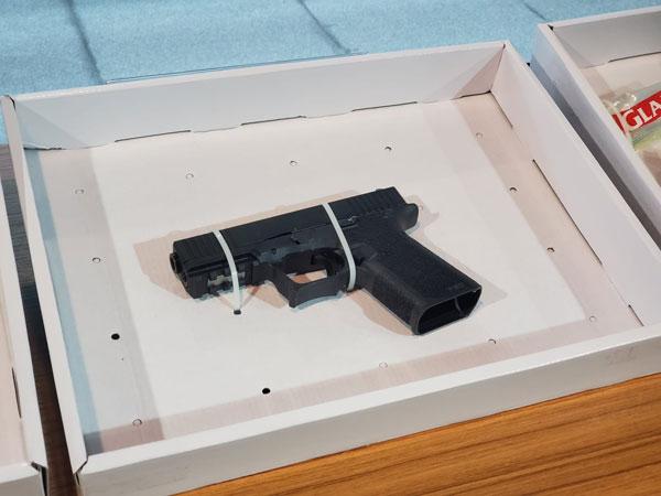 警方搜获一把怀疑9毫米格洛克半自动手枪。