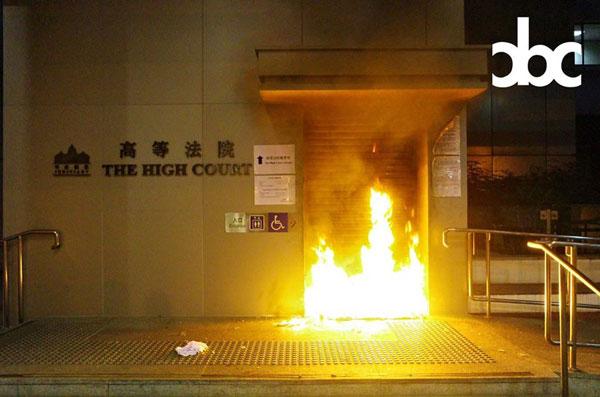 高等法院傍晚被纵火,入口火光熊熊。