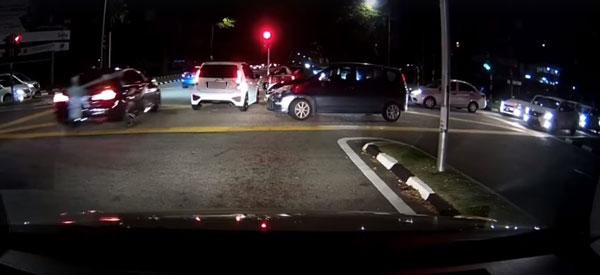 另一辆白色迈威轿车加入挡车行列,让新娘车顺利通过。