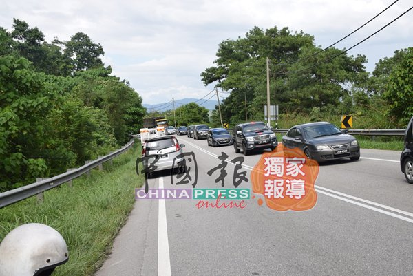 意外发生后警方到来调查,引起交通堵塞。