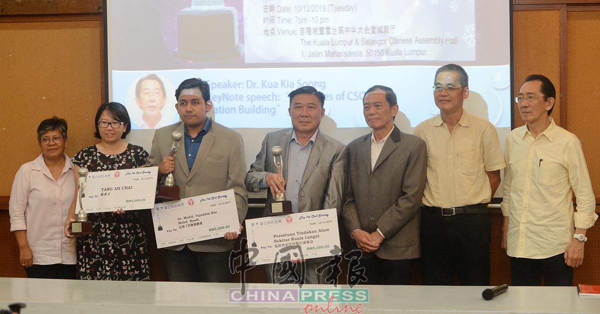 翁清玉(右3)颁发隆雪华堂公民社会奖予得奖人后,与他们合影。右起为柯嘉逊博士、廖国华、陈贞兴、依布拉欣、梁莉思和玛查丽莎。
