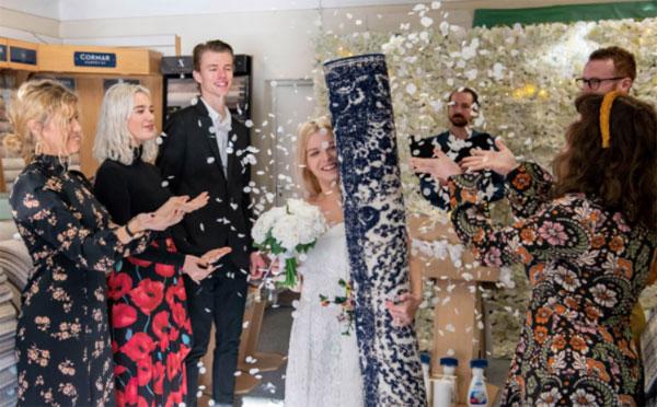 贝琪在家人朋友的祝福中,嫁给了马特——一幅地毯。