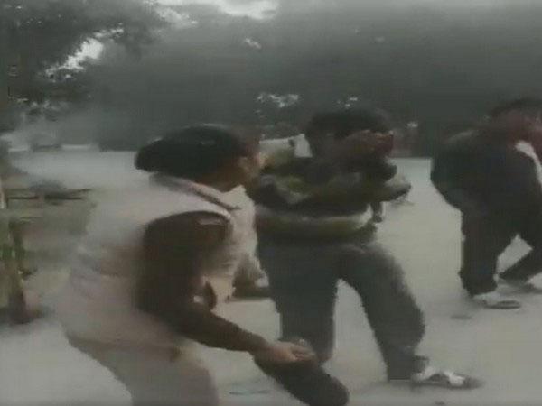 警花用鞋底怒抽淫狼21下的画面。
