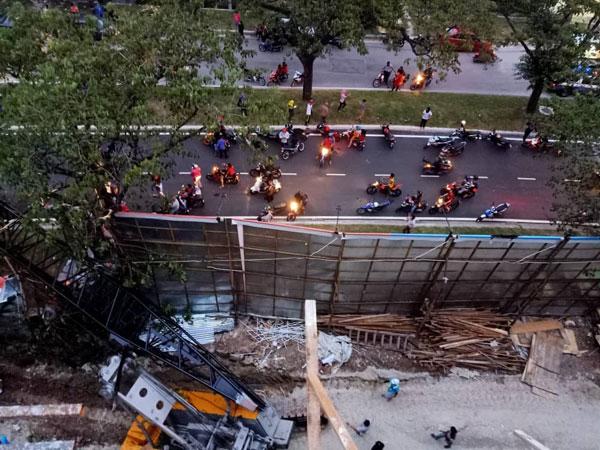 起重機倒塌壓中3間住家及2輛轎車,造成4人受傷。