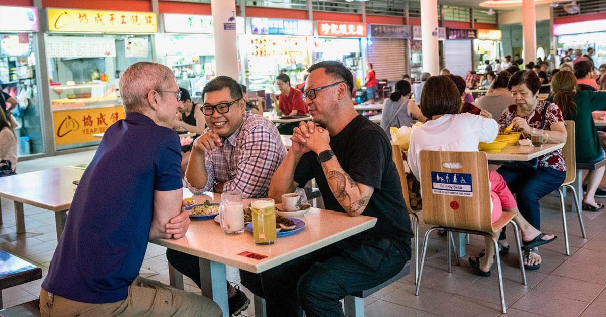 在前往曼谷之前,库克在新加坡小贩中心,和两名摄影师享用道地的早餐。