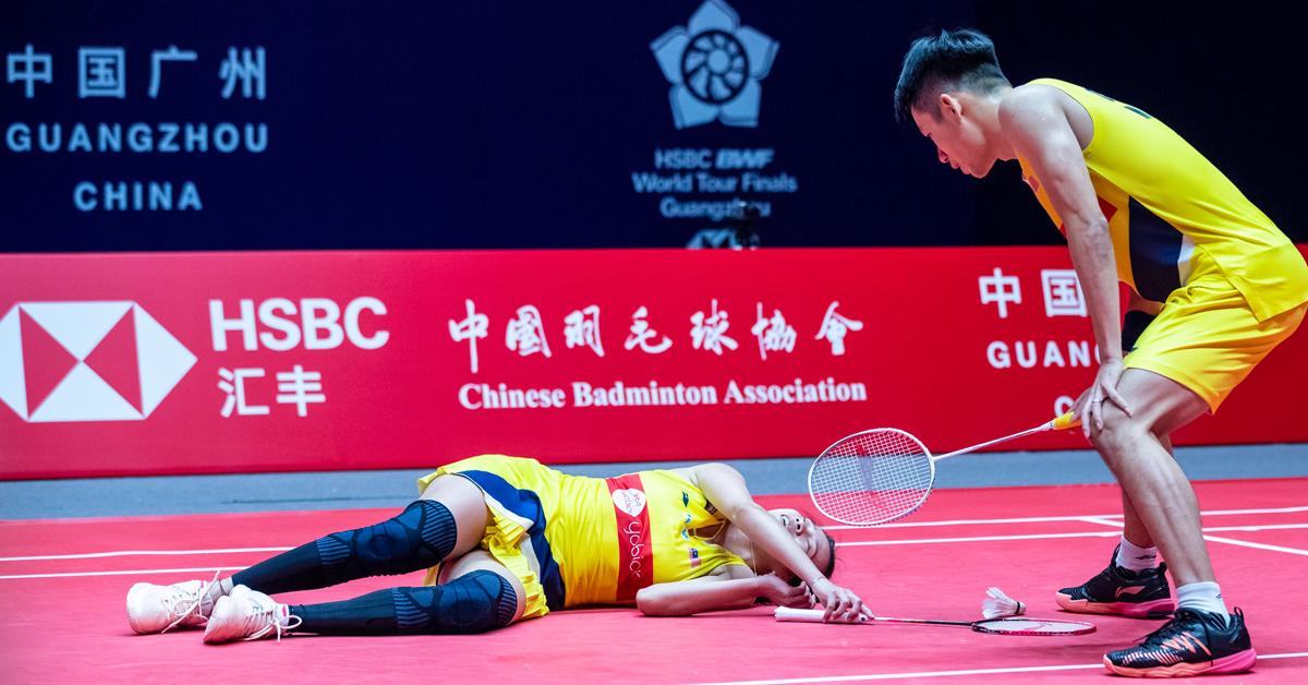 陈炳顺(右)与吴柳莹经过这一场比赛,肯定累坏了。