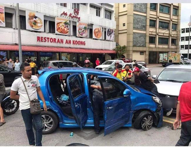 公务员打劫年老残疾人士后,驾车逃离,期间还连环撞击数辆轿车。