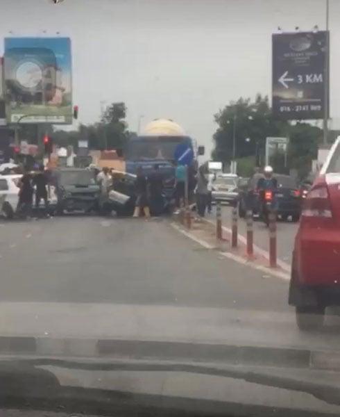 車禍現場出現長長車龍。