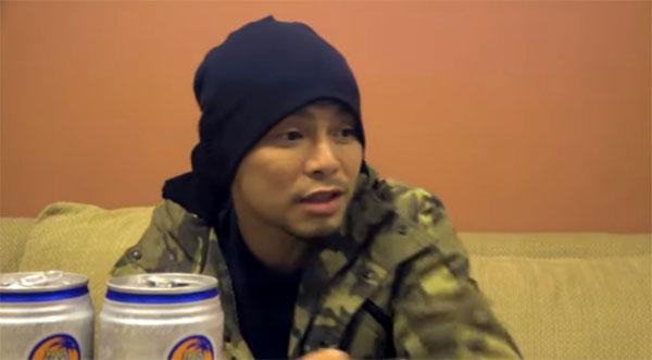 黄明志在视频中喝酒。