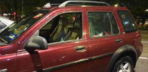 事主的轎車被匪徒砸破車窗,偷走她半工半讀賺錢得來的財物。