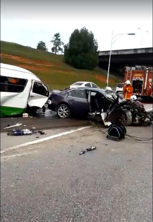 客货车和轿车相撞,车身都毁不成形!