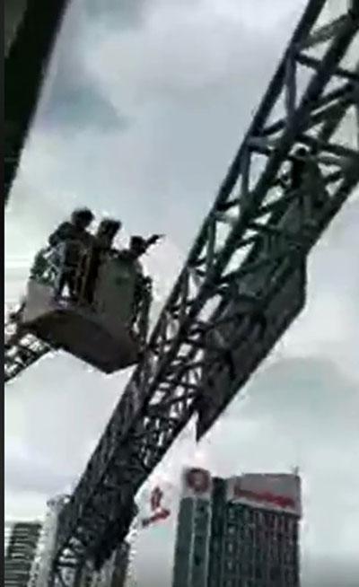 消拯员坐上云梯劝阻企图自杀的外劳。