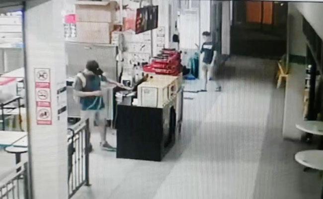 男子明目张胆行窃干案,职员都误以为他在修理收银机。