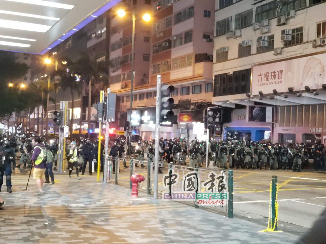 """香港平安夜,警民""""打""""成一片"""