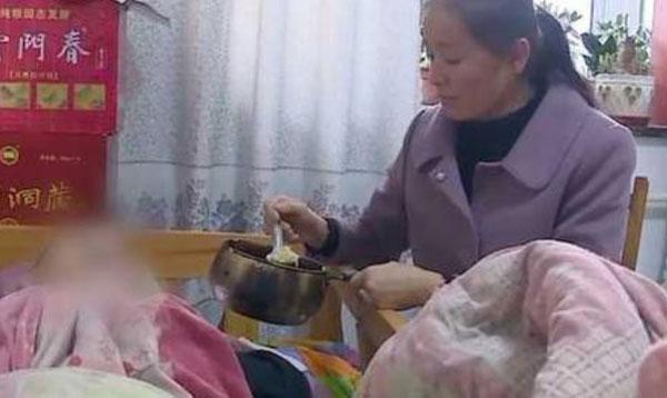 贾女给植物人前夫喂食。互联网