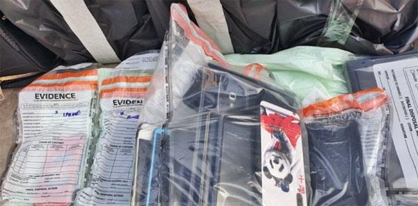 警方带走寺内所有小沙弥的手机,作为证据。