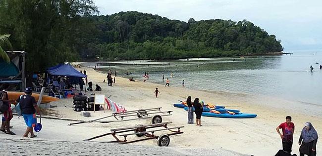 面子书用户指波德申美丽的海滩为公众地方,然而如今却被帐蓬和椅子租借业者霸占。
