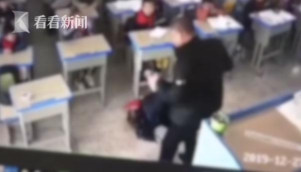 教师将女学生拖拽至讲台前,当着全班学生的面,用尺对她进行抽打、倒抱。